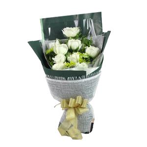 鲜花/脉脉含情: 9枝白玫瑰。  [包 装]:白色草编、玻璃纸