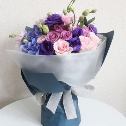 鲜花/贵人: 9枝紫色玫瑰,9枝戴安娜粉色玫瑰,6支紫色桔梗