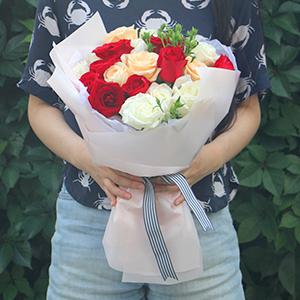 鲜花/我的女神: 红玫瑰9枝,白玫瑰8枝,香槟玫瑰4枝,青梅间插